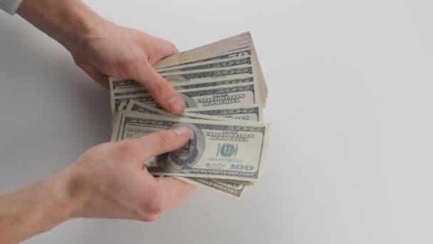 Detail mans hand počítat peníze a předat jiné osobě. Pojem mzdy