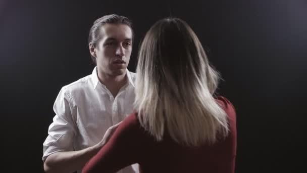 Családon belüli erőszak. Dühös feleség sikolyok, és azzal fenyeget, a férje
