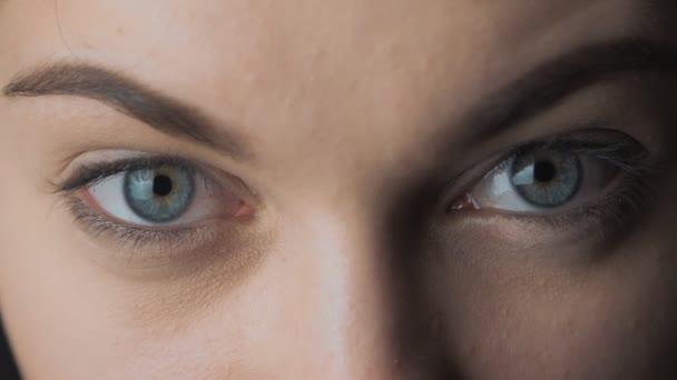 Detail modrých očí krásné mladé ženy