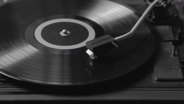 Černobílý záběr gramofon hraje vinyl. Retro Vinyl gramofon Stylus