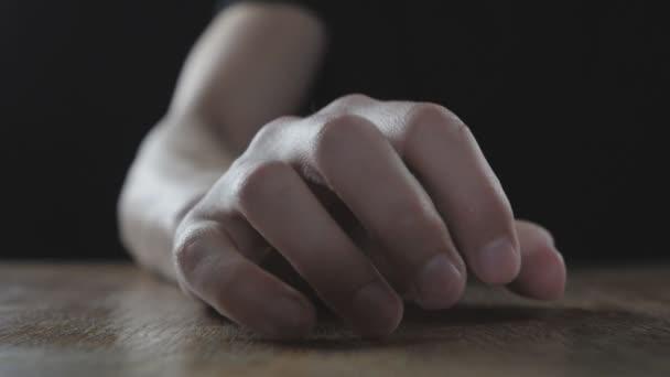 Pěst rozhněvaný muž bije na stole v pomalém pohybu