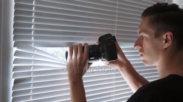 4k Paparazzi oder Detektiv schießen vor laufender Kamera durch die Jalousien