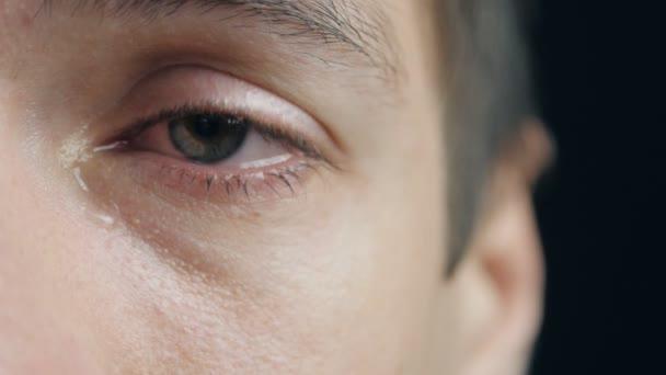 Tiro De Hombre Llorando Con Lágrimas En Los Ojos Closeup Vídeo De