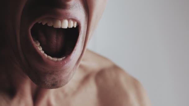 Mund eines wütenden Mannes, der auf weißem Hintergrund schreit. Gefahr Gewalt
