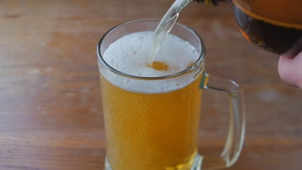 Pivo se nalévá do skla. Zpomalený pohyb