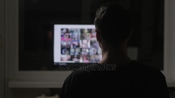 mladý muž, který sledoval surfování webu pornografie na internetu v noci doma