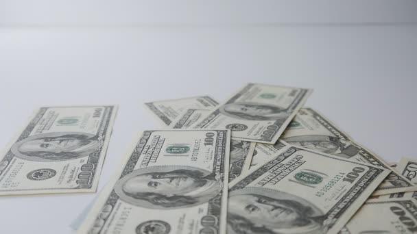 Pomalý pohyb peněz na stůl. Hromady peněz.