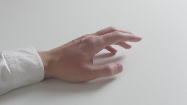 Felnőtt férfi kéz ujj érintésével közelről