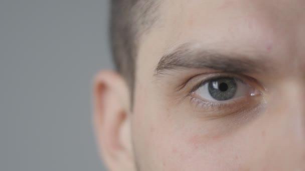 Šedé oko v makro 4k záběry pohledný mladík