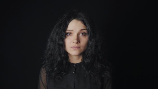 portrét ženy s hnědýma očima na černém pozadí
