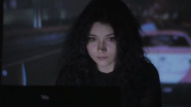 Молодая девушка позирует на компьютерном столе, эротика видео девушки с большой грудью