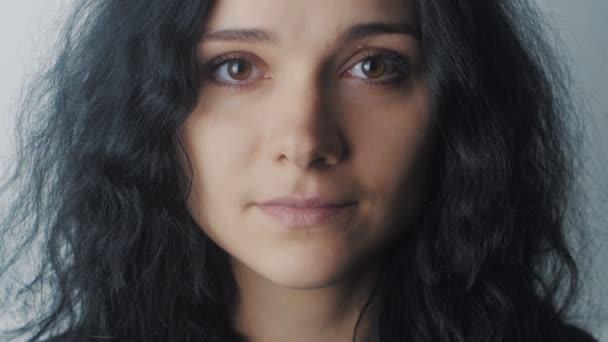 Detailní záběr portrét ženy s hnědýma očima na bílém pozadí