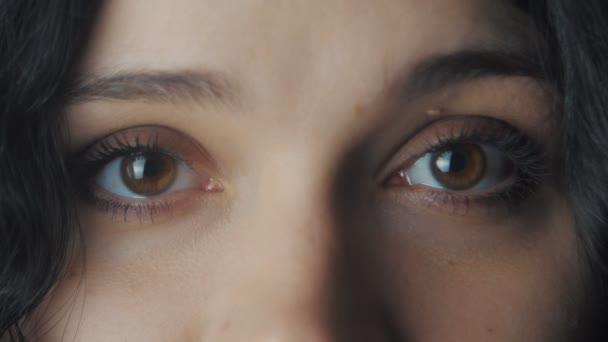 Nagy womans barna szeme közelről