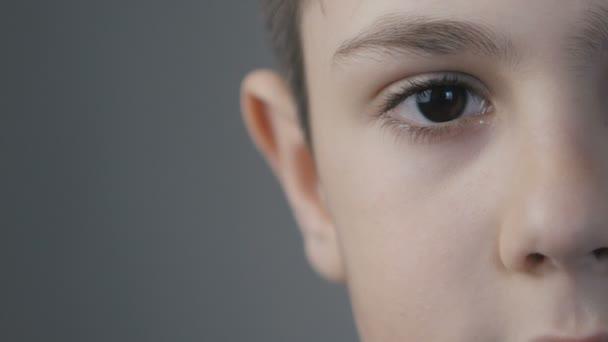 Detailní záběr portrét malého chlapce věku 10 let, při pohledu na fotoaparát