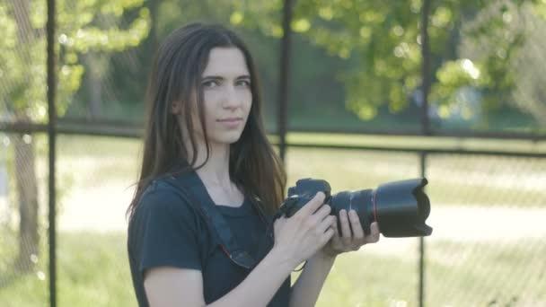 Portrét ženy fotograf fotografování v parku.
