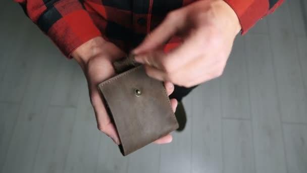 Mann wütend wegen Geldmangels. Großaufnahme männlicher Hände, die leere leere leere Brieftasche ohne Geld zeigen. Konzept zur Finanzierung von Unternehmensinsolvenzen.