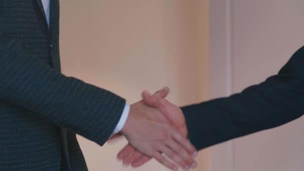 Potřesení rukou dvou obchodníků. Úspěšný koncept řešení