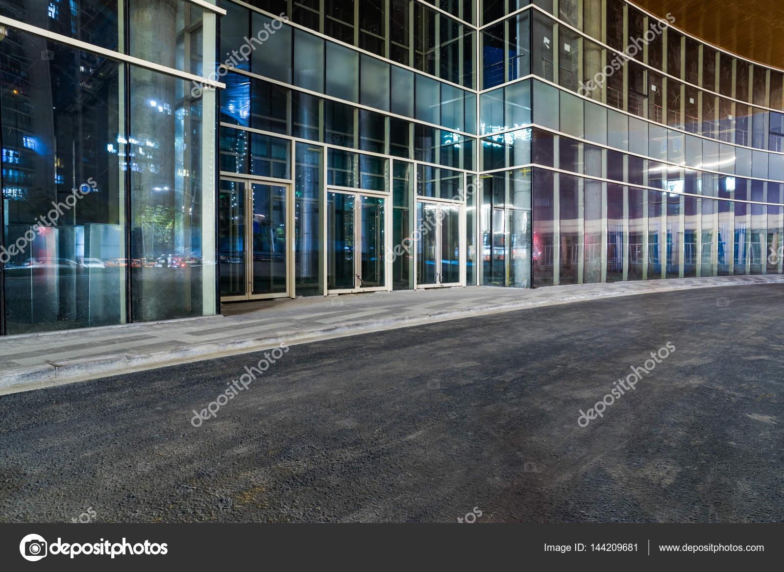 Pavimento Esterno Moderno : Esterno di un edificio moderno con pavimento vuoto u foto stock