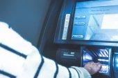 Frau mit Geldautomat Atm