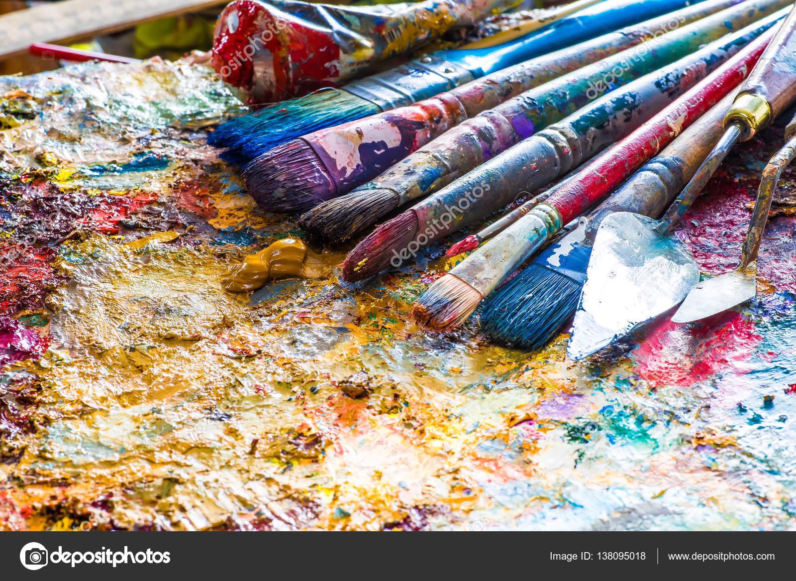 Colori ad olio e vernice pennelli su una tavolozza foto for Colori ad olio professionali
