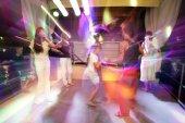 Lidé tančí na diskotéku