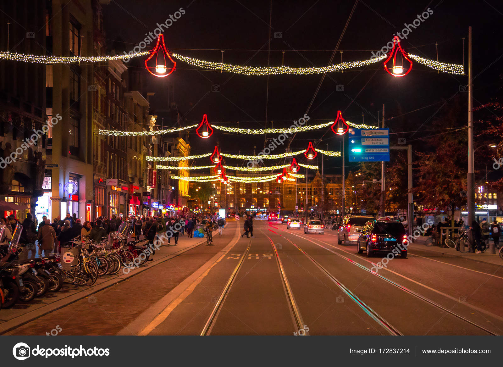 https://st3.depositphotos.com/6105212/17283/i/1600/depositphotos_172837214-stockafbeelding-kerst-nacht-verlichting-amsterdam-oud.jpg