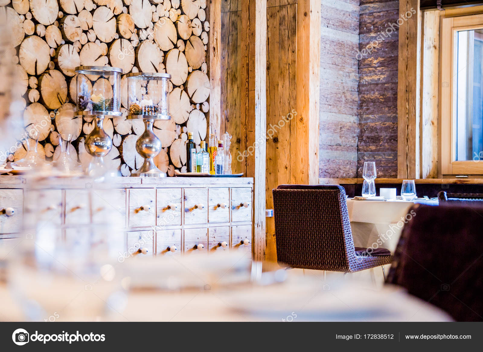 Schöne Wand Und Glas Holzobjekte Und Tisch Mit Leeren Gerichte ...
