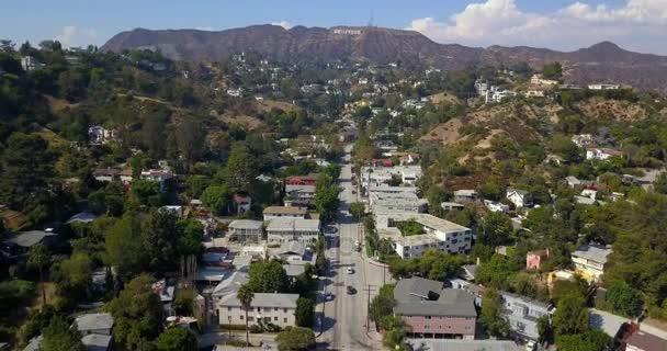 Letecký pohled na obvodu Hollywood v Los Angeles, Usa. Krásná cesta dálnice Hollywood s automobily, palmami a znamení na kopcích. Jasné modré oblohy. 10. dubna 2014. Los Angeles, Usa