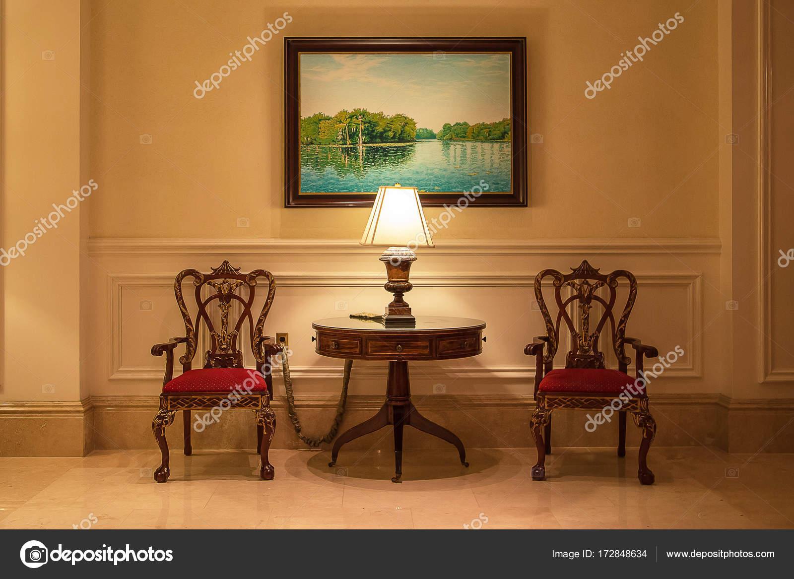Interior Linda Sala Com Duas Cadeiras Uma Pequena Mesa Uma  -> Pinturas De Sala Pequena
