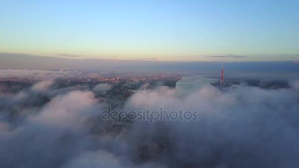 Riga, Lettország gyönyörű városra és Tv-torony és a városközponttól. 360 fokos kilátás. Légifelvételek felülről a felhők