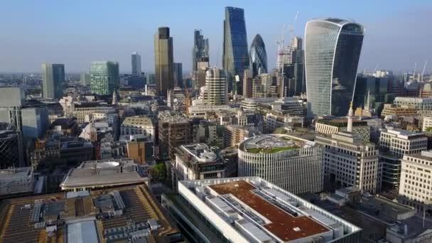 Úžasný letecký pohled na Londýn město shůry včetně nejznámějších budov jako střípek, válečné lodi a věže most