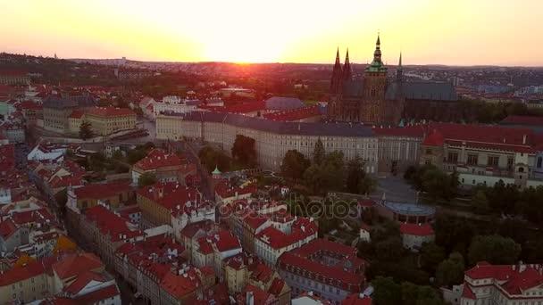 Úžasný letecký pohled na město Praha z výšky. Nádherné město krajiny výhledem na západ slunce. Praha panoramatický pohled s hradem