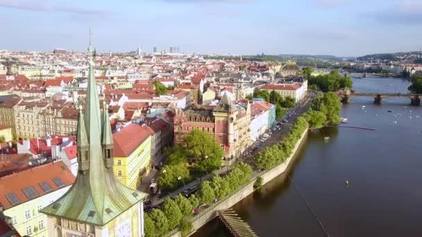 Krásný panoramatický letecký pohled pražský magistrát shora staré město a řeku Vltavu. Úžasné záběry krajiny města.