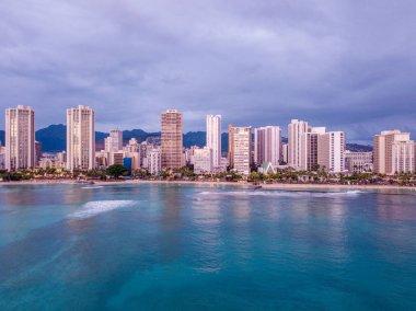 """Картина, постер, плакат, фотообои """"просто удивительный фиолетовый закат над пляжем вайкики на острове оаху, гавайи. вид на горизонт гонолулу . постеры картины модульные"""", артикул 172873868"""