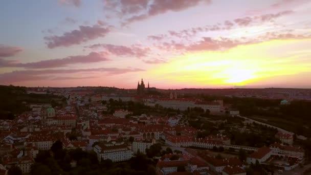 Krásný letecký pohled na Prague city panoramatický výhled s hradem na obzoru shora. Úžasné záběry krajiny města s Vltavy v centru města