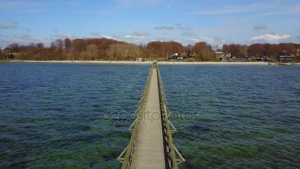 Osamělý molo do moře poblíž Malmö ve Švédsku. Pohled shora. Letecký snímek