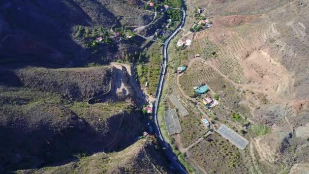 Úchvatné letecké záběry z Grand Canyonu pohled shora se silnicí směrem dolů kaňonu.