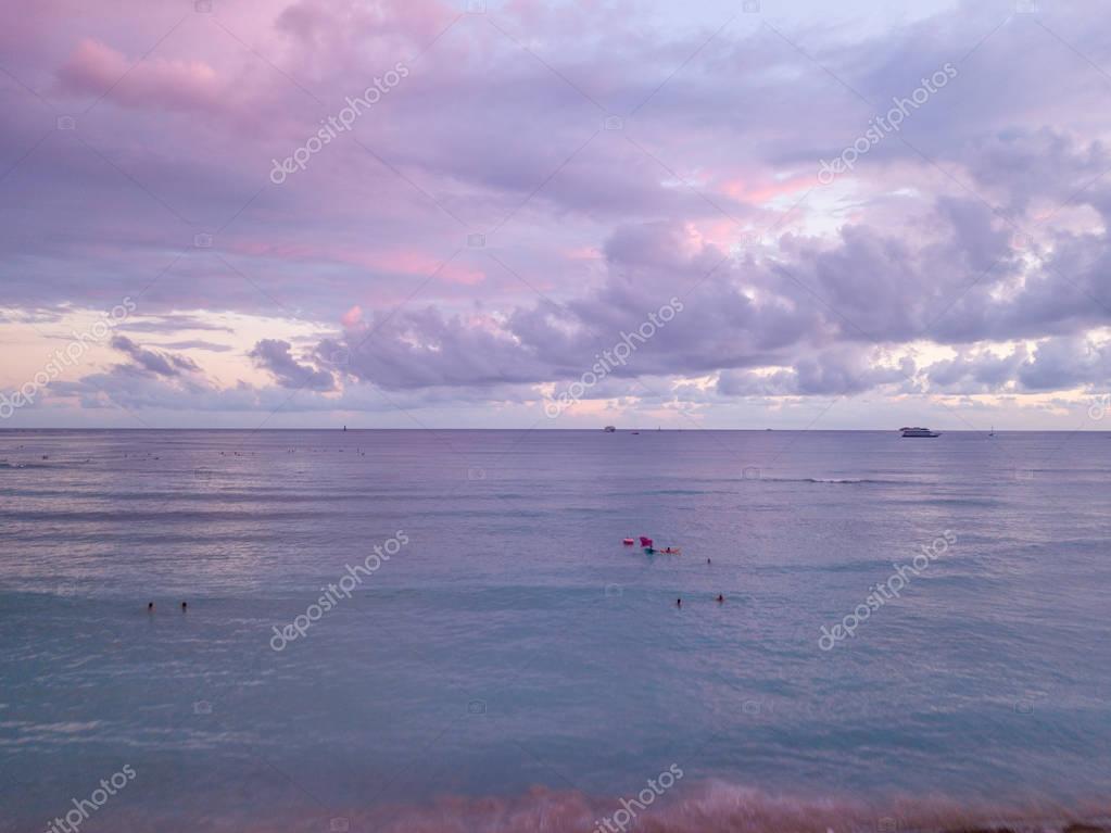 Фотообои Красивый фиолетовый закат над океаном на Гавайях