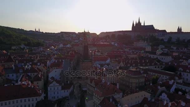 Úžasný panoramatický pohled pražský magistrát shora při západu slunce s Pražský hrad na obzoru na kopci.
