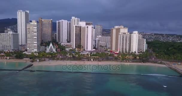 Csodálatos légi esti kilátás a Waikiki beach-Honolulu-a szörfösök, szörfözés, a Csendes-óceánon.