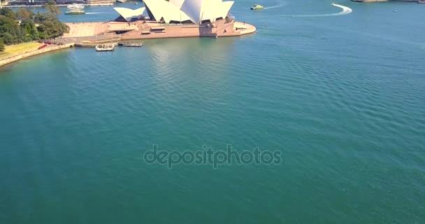 Krásný letecký pohled na město Sydney opera house a Harbour bridge. 14. dubna 2013. Sydney, Austrálie.