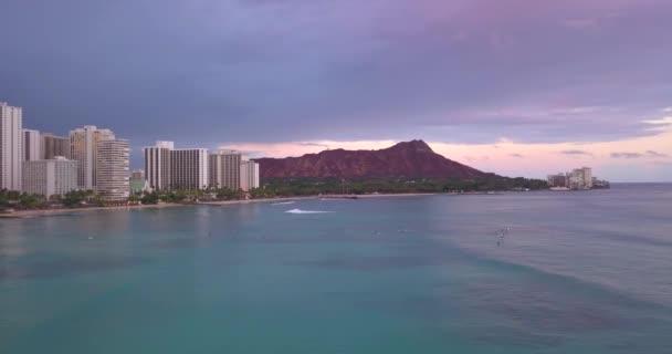A légi felvétel a Waikiki strandtól és a Diamond Head Crater, beleértve a szállodák és épületek, Waikiki, Honolulu, Oahu-sziget, Hawaii, Amerikai Egyesült Államok. 2017. január 11.. Lila napnyugta nézetben.