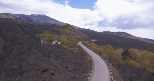 Vista aerea della strada per Monte Etna o Mongibello Mungibeddu è un stratovulcano attivo sulla costa orientale della Sicilia in città metropolitana di Catania risultati vulcano nero paesaggio