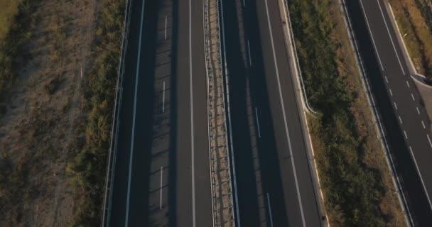 Pohled shora přes dálnice, rychlostní silnice a dálnice, letecký pohled na výměnu s autem jel po dálnici.