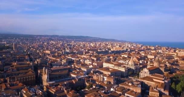 Bella vista aerea della città di Catania vicino al vulcano principale Cattedrale e lEtna sullo sfondo. Incredibile vista sulla città vecchia dallalto.