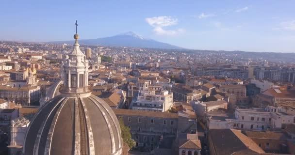 schöne Luftaufnahme der Stadt Catania in der Nähe der Kathedrale und des Vulkans Ätna im Hintergrund. Toller Blick von oben auf die Altstadt.