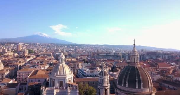 Bella vista aerea della città di Catania vicino al vulcano principale Cattedrale e lEtna sullo sfondo. Incredibile vista sulla città vecchia dallalto