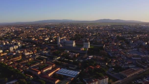 Létání nad městem Pisa v Itálii s věží Pisa