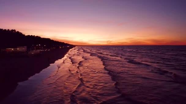 Schöner epischer lila Sonnenuntergang in Jurmala, Lettland. Magischer Sonnenuntergang an der Ostsee. Luftaufnahme.