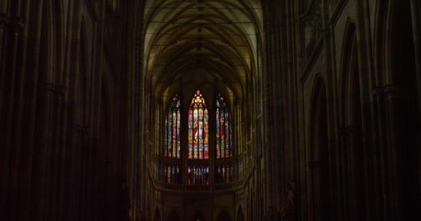 Vysoký strop obarví okna uvnitř katedrály svatého Víta, Pražský hrad